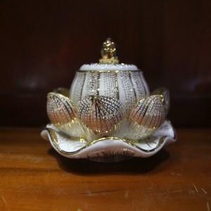 Lò đốt trầm sứ hình bông sen vẽ vàng