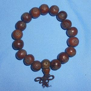 Vòng đeo tay gỗ khắc chữ Phật
